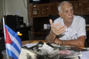 Emocionado, el general de brigada(r) apoya su relato en numerosas fotos que recogen sus vivencias junto a Fidel durante más de 40 años. Foto: José Raúl Rodríguez Robleda