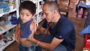 Médicos cubano en Escuintla, Guatemala continúan en la lucha por la vida luego de los desastres producidos por el Volcán de Fuego. Foto: Embaja de Cuba en Guatemala.