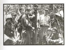 En la Sierra Maestra con un grupo de combatientes rebeldes, entre ellos, Raúl Castro, Juan Almeida, Ernesto Che Guevara, Guillermo García, Crescencio Pérez, y Universo Sánchez, 1957.