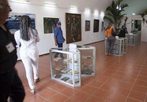 En la sala K-5, de la Feria Internacional del Libro, resguardados en urnas de cristal, los libros que Fidel leyó en el Presidio Modelo y en el exilio. Foto: Ladyrene Pérez/ Cubadebate.