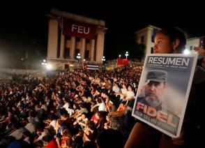 Una niña con una imagen de Fidel Castro  1926-2016   participa en una velada conmemorativa por el segundo aniversario del fallecimiento del lider historico de la Revolucion cubana en la escalinata de la Universidad de La Habana Cuba. EFE Ernesto Mastrascusa / EFE