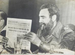 Fidel Castro leyendo el periódico Tribuna de La Habana. Foto: Tribuna de La Habana