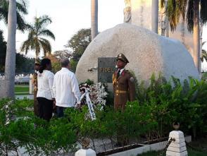 En nombre del pueblo de Cuba, Lázaro Expósito y Beatriz Johnson, rindieron el primer homenaje al Comandante en Jefe. Foto: Eduardo Palomares