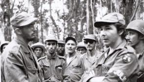 En la Sierra Maestra junto a un grupo de combatientes donde se encuentra su hermano Raúl Castro, 1958.