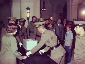 Fidel en el acto de entrega de las cenizas de Julio Antonio Mella, en el Aula Magna de la Universidad de La Habana, el 22 de agosto de 1975. Foto: Estudios Revolución/ Sitio Fidel Soldado de las Ideas.