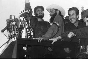 """Fidel pronuncia discurso desde el Palacio Presidencial en el que se reúnen un millón de personas para respaldar la justicia revolucionaria en la llamada """"Operación Verdad""""."""