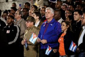 Para continuar con la tradición que iniciara la medianoche del 27 de enero de 1953, en el advenimiento del centenario del natalicio de José Martí, la Federación Estudiantil Universitaria (FEU) volvió a descender con sus antorchas este lunes por la escalinata del Alma Mater, para honrar al más universal de los cubanos en el aniversario 166 de su nacimiento.  La simbólica marcha estuvo encabezada por el General de Ejército Raúl Castro Ruz, Primer Secretario del Comité Central del Partido Comunista de Cuba, y