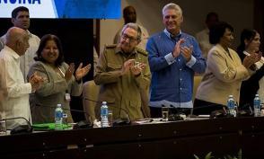 Presiden Raúl y Díaz Canel clausura del X Congreso de la FMC. Foto: Irene Pérez/ Cubadebate.
