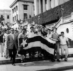 José Antonio Echeverría (centro), Juan Pedro Carbó y otros compañeros en una manifestación contra la tiranía de Fulgencio Batista. Foto: Archivo