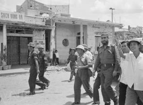 En Vietnam del Sur, Fidel recorre las calles de la sureña localidad liberada de Vinh Linh