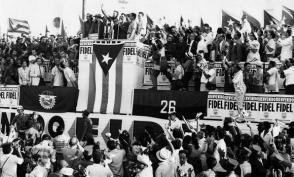 Fidel pronuncia un discurso en la concentración popular en la Plaza Cívica, hoy Plaza de la Revolución, a su llegada de una gira por EE.UU., Canadá, Brasil, Argentina y Uruguay, el 8 de mayo de 1959.