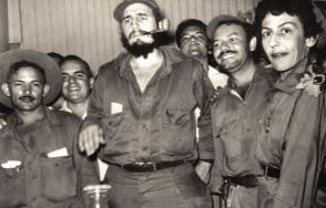 """Fidel, el comandante Guillermo García Frías y Celia, en Palma Soriano, diciembre de 1958. Foto: Libro """"La Contraofensiva Estratégica"""""""