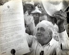 Campesino cubano recibe propiedad de sus tierras gracias a la Reforma Agraria Foto: Archivo