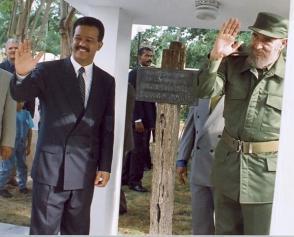 Junto al Presidente de República Dominicana, Leonel Fernández durante la visita a la casa de Máximo Gómez en Baní, República Dominicana, el 23 de agosto de 1998.
