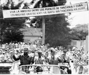 Recibimiento popular durante visita de Julius Nyerere a Cuba en 1974. Foto: Archivo de Granma