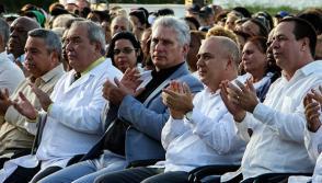 Miguel Díaz-Canel Bermúdez (C), presidente de la República de Cuba. Durante el durante el acto por el aniversario 20 de la creación de la ELAM. Foto: Abel Padrón Padilla/Cubadebate