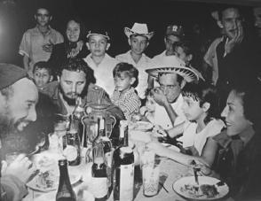 Fidel festeja la Nochebuena con los carboneros de la Ciénaga de Zapata, Matanzas y cena en la casa del campesino Rogelio García. Foto: Raúl Corrales