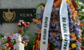 Ofrendas florales fueron depositados a nombre del General de Ejercito Raúl Castro Ruz, y del pueblo. Foto: Miguel Rubiera/ACN.