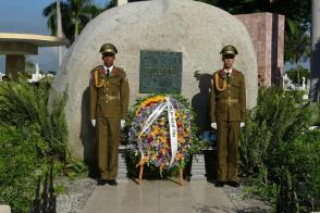 Two floral wreaths from Raúl and Díaz-Canel were placed before the monumental boulder that holds the ashes of Comandante en Jefe Fidel Castro Ruz, on the occasion of Fathers Day. Photo: Eduardo Palomares