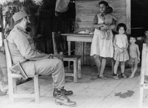 Para el Comandante en Jefe, una de las primeras tareas de la Revolución sería darle dignidad a los campesinos cubanos, llevar salud y educación hasta los lugares más inhóspitos, y poner la tierra en las manos de los que la trabajaban Foto: Korda, Alberto