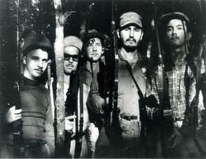 De izquierda a derecha, Frank País, Faustino Pérez, Raúl Castro, Fidel Castro y Armando Hart, en una reunión del Movimiento 26 de Julio en la Sierra Maestra.