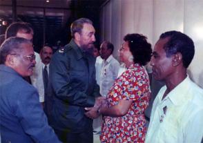 Enma cuando dialoga con Fidel, en 1998. A la izquierda, en primer plano, Pedro Ross Leal, entonces Secretario General de la Central de Trabajadores de Cuba. Foto: Cortesía de la entrevistada