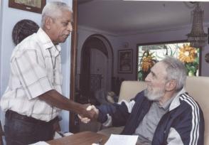 Julio L. Jova Ramírez junto a Fidel