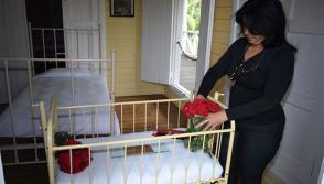 A pocas horas del fallecimiento del lider de la Revolución cubana, una visitante deposita flores en su cuna natal, en Birán, Foto: Heidi Calderón Sánchez.