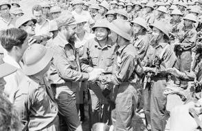 Fidel Castro saluda a los soldados de la liberación. Foto: VNA.