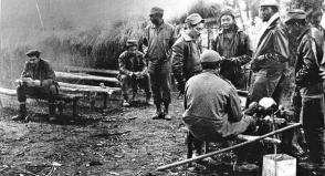 La Columna 1 en el Congo. Che, a la izquierda, lee un libro.