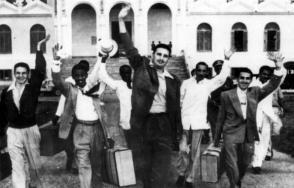 El 15 de mayo de 1955 salieron en libertad por amnistía del reclusorio nacional de Isla de Pinos, Fidel Castro y sus compañeros asaltantes a los cuarteles Moncada y Carlos Manuel de Céspedes en 1953. Menos de un mes después, el joven líder fundó en La Habana el Movimiento 26 de Julio