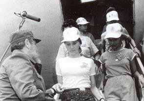 Fidel recibiendo a niños de Chernóbil. Foto: Orlando Cardona/ Archivo de Granma.