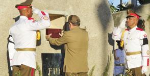 El Presidente de los Consejos de Estado y de Ministros de la República de Cuba, General de Ejército Raúl Castro Ruz, deposita la urna con las cenizas del Comandante en Jefe Fidel Castro Ruz en su morada eterna del cementerio de Santa Ifigenia