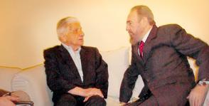 Como dos amigos que se reencuentran: así conversaron Fidel y Augusto Roa Bastos, en la intimidad del apartamento del escritor en Asunción, Paraguay. Foto: Juvenal Balán