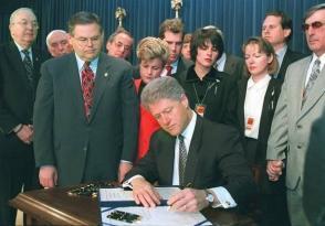 Clinton firmó la ley el 12 de marzo de 1996 dando complacencia a los personeros de la extrema derecha y de la mafia anticubana representada en Bob Menéndez, Ileana Ros-Lehtinen y Lincoln Díaz-Balart y a la extrema izquierda, como un supervisor, Jesse Helms. Foto: Archivo.