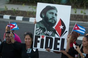 Pueblo cubano homenajea a Fidel Castro durante el paso de la Caravana de la Libertad que transporta sus cenizas