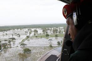 Chávez recorre zonas afectadas por inundaciones.