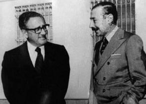 Former U.S. Secretary of State Henry Kissinger and Argentinean dictator Jorge Rafael Videla, responsible for the deaths of thousands. Photo: El Diario.es