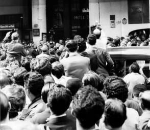 l público y los periodistas aguardan a que Fidel salga del hotel Excélsior, donde se encuentra alojado en Rìo de Janeiro, para verlo. Ofrece allí improvisada Conferencia de Prensa, 29 de abril de 1959. Foto: Sitio Fidel Soldado de las Ideas / Archivo