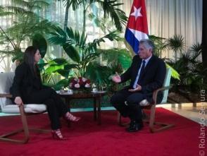 Patricia Villegas entrevista para Telesur a Miguel Díaz-Canel Bermúdez en La Habana. Foto: Rolando Segura / Telesur.