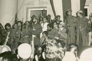 Fidel se dirigió a la multitud que lo esperó frente al Ayuntamiento de la ciudad de Cienfuegos, en la madrugada del 7 de enero de 1959.