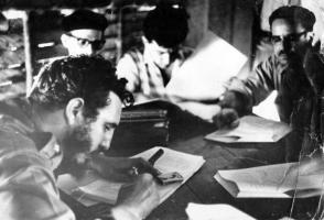 En la Sierra Maestra Fidel firma la primera la Ley de Reforma Agraria. Foto: Archivo