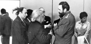Fidel mit Nicolás Guillén, Alfredo Guevara und Alejo Carpentier auf dem 2. Kongress der UNEAC Photo: Mario Ferrer
