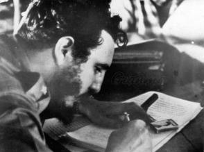 Fidel che firma la Legge di Riforma Agraria il 17 maggio del 1959. Photo: Archiv