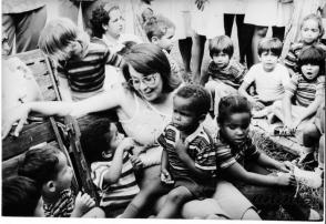 Vilma Espín spricht mit den gerade geretteten Kindern, um sie zu beruhigen, nachdem sie schreckliche und quälende Momente im schwelenden Kindergarten durchgemacht hatten. PFoto: Granma-Archiv