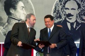 Fidel y Chávez firmaron un acuerdo de cooperación integral, en el Salón Ayacucho del Palacio de Miraflores, el 30 de octubre del 2000. Foto: Prensa Presidencial