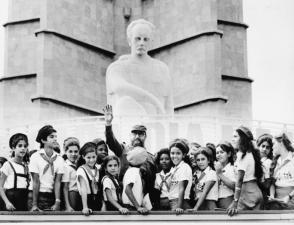 Fidel con los pioneros durante un homenaje a José Martí en la Plaza de la Revoluciòn, La Habana