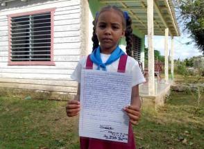 Daniela guarda con cariño la carta con la dedicatoria de Fidel
