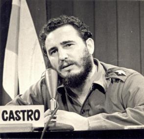 Fidel comparece en la televisión cubana para informar al pueblo.