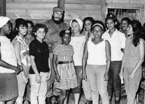 Fidel Castro con muchachas adolescentes en La Mota, en la Sierra Maestra. Foto: ALBERTO KORDA